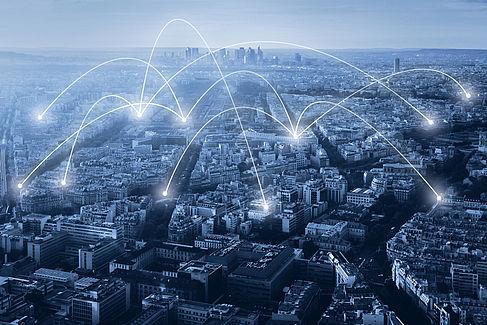 Lichtbögen über einer Stadt