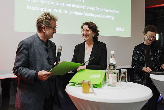 Carsten Busch gratuliert Susanne Reumschüssel zum zehnjährigen Jubliäum des Industriesalons Schöneweide