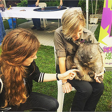 Kalina Sperber streichelt einen Wombat