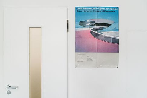 Oskar-Niemeyer-Plakat in Regina Zeitners Büro