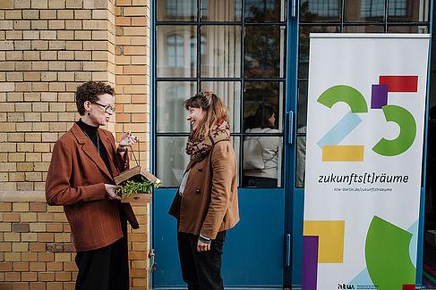 Lisa Weißmann (rechts) nimmt ein Vogelhaus entgegen