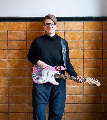 Stefanie Rathje mit ihrer E-Gitarre