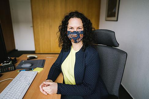 Dr. Lena Simon mit Mund-Nasen-Bedeckung