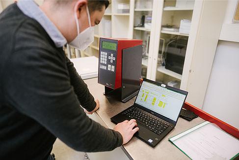 Max Gerber am Laptop