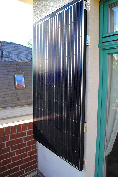Solarpanel an der Wand eines Balkons