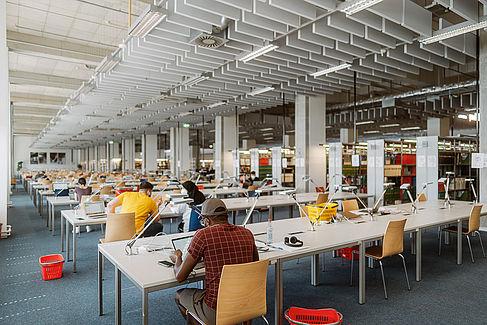 Studierende in der Bibliothek © HTW Berlin/Alexander Rentsch