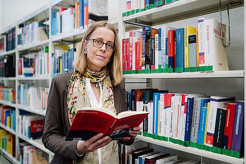 Prof. Dr. Barbara Praetorius at library