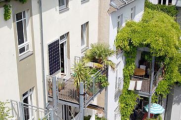 Ein Stecker-Solargerät auf einem Balkon