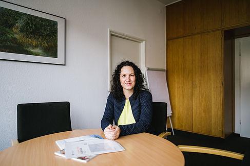 Dr. Lena Simon am Besprechungstisch