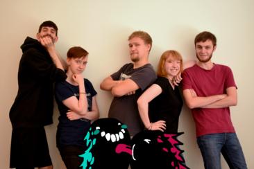 """Das Team der HTW-Studierenden hinter dem Spiel """"Couch Monsters"""": Dennis Oprisa, Jaqueline Vintonjek, John Kees, Marie-Lena Maslofski und Laurin Grossmann (von links nach rechts). Im Vordergrund Crunchy (blau) und Munch (rot)"""