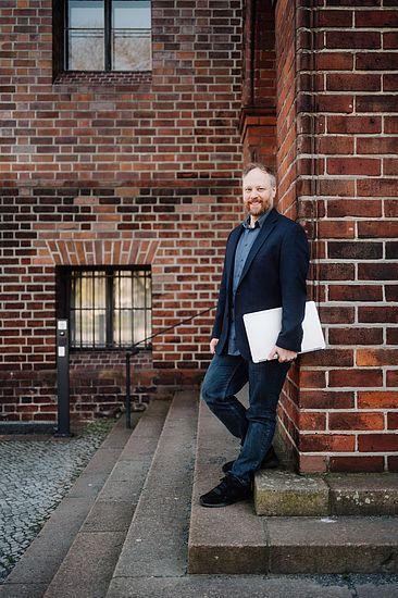 Tobias Nettke vor der Fassade des Märkischen Museums