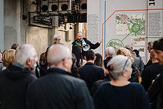 Dorothee Haffner und Tobias Nettke präsentieren die Wandcollage