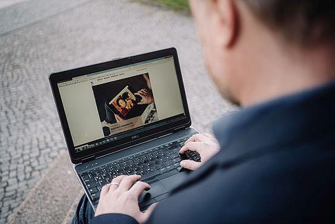 Tobias Nettke surft auf der Webseite des Städel Museums