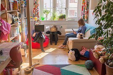 Im Kinderzimmer sitzen Adina Herde und ihre beiden Kinder vor Laptops